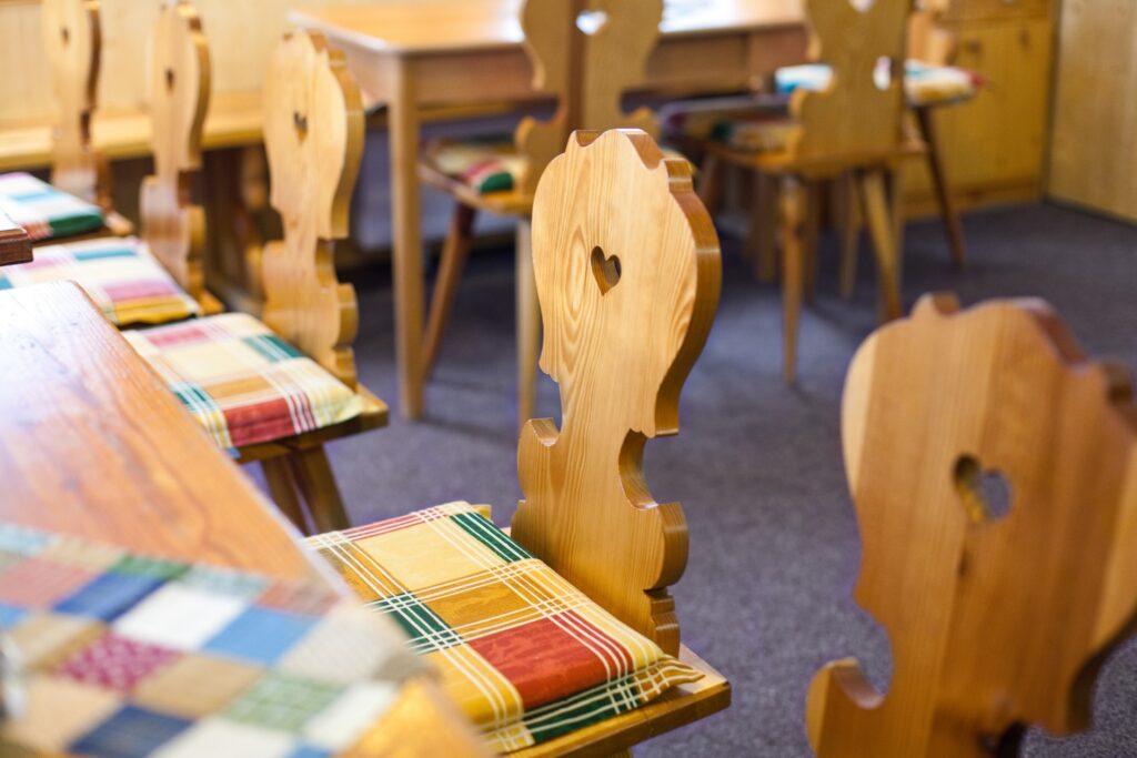 Dřevěné židle v kuchyni